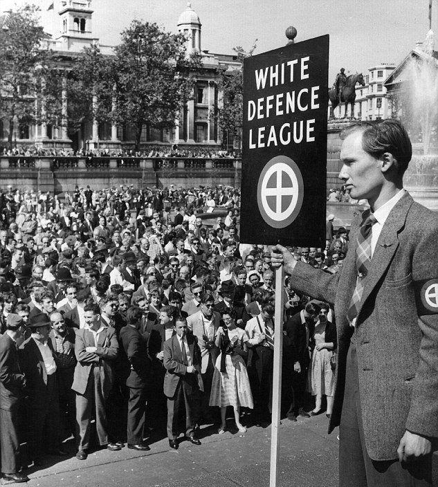 Miembros de la White Defence League predican violencia y odio hacia los inmigrantes negros en Trafalgar Square, Londres. 24 de marzo de 1959.
